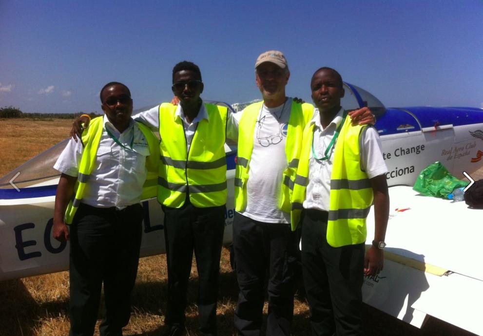 Gordillo posa con el personal de handling del aeropuerto de Mallando (Kenya)