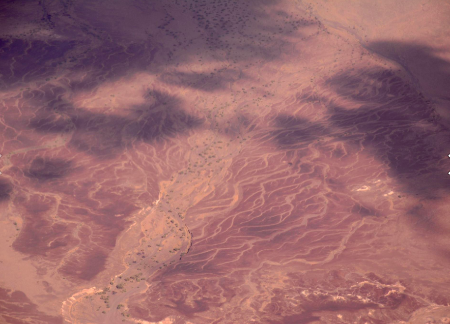 RV en sobrevuelo sobre el desierto del Sáhara Oriental
